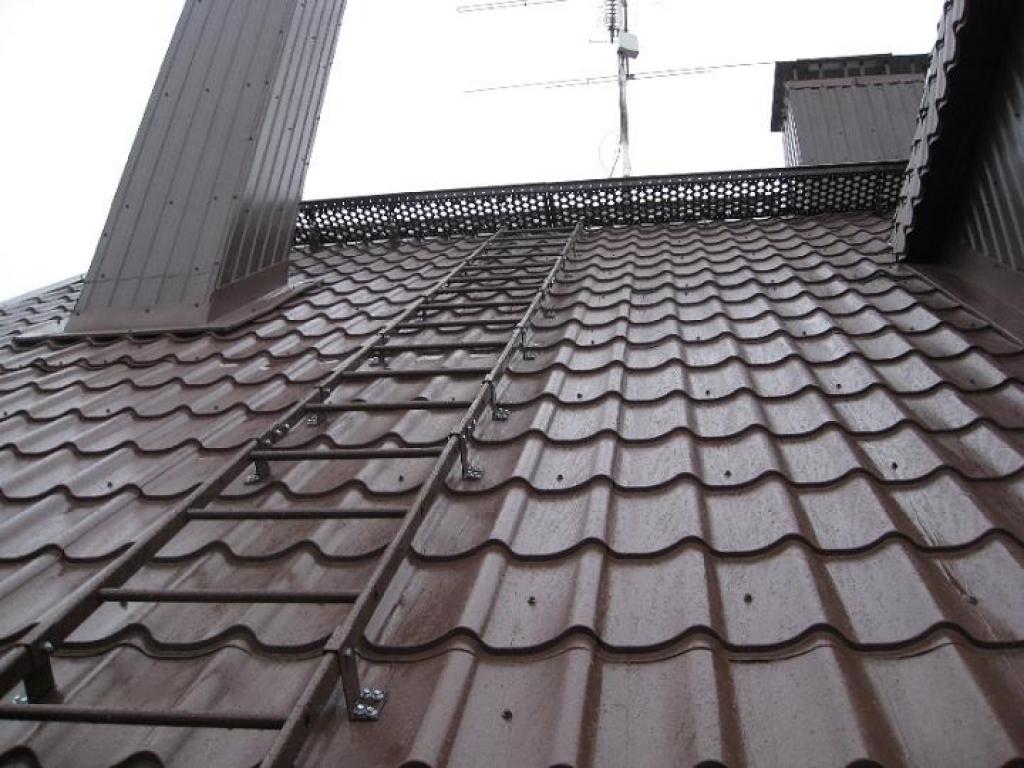 Лестница для крыши из металлочерепицы своими руками